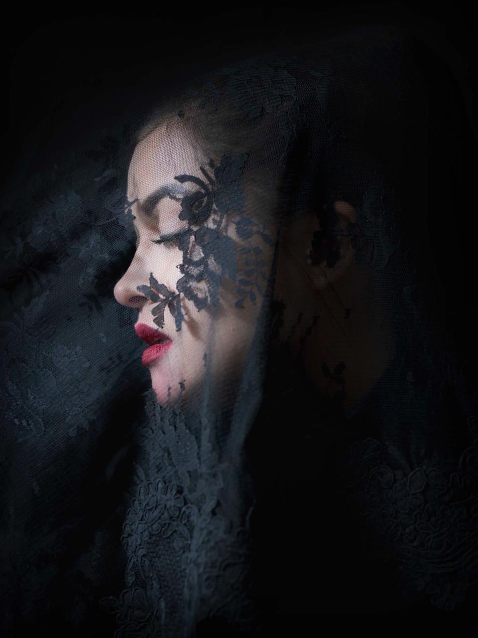 © Sanna Sjöswärd   Titel: Ghost Diva Plats/Datum: Stockholm 2016 Bildmått: 41x59 cm Teknik: Arkivbeständig pigmentbläckutskrift  Svart träram med distans ca 50x70 cm Upplaga: 10 Signerad: Ja  Pris: SEK 19 000 (oinramad bild 17 500:-)