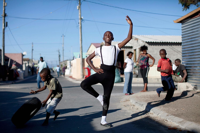 © Per-Anders Pettersson Titel: Ballet Boy Plats/Datum: Khayelitsha, South Africa 2010 Bildmått: 40x60 cm Teknik: C-print  på dibond/glas Upplaga: 20  Signerad: Ja  Pris: SEK 10 500  Bilden går även att få i andra storlekar.