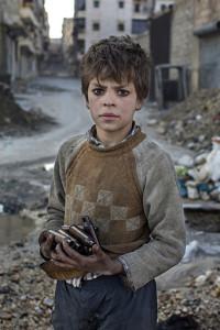 Aleppo, Syrien: NioŒriga Alladin samlar tomhylsor vid frontlinjen som han sedan säŠljer påŒ metallmarknaden. Foto: Niclas Hammarström