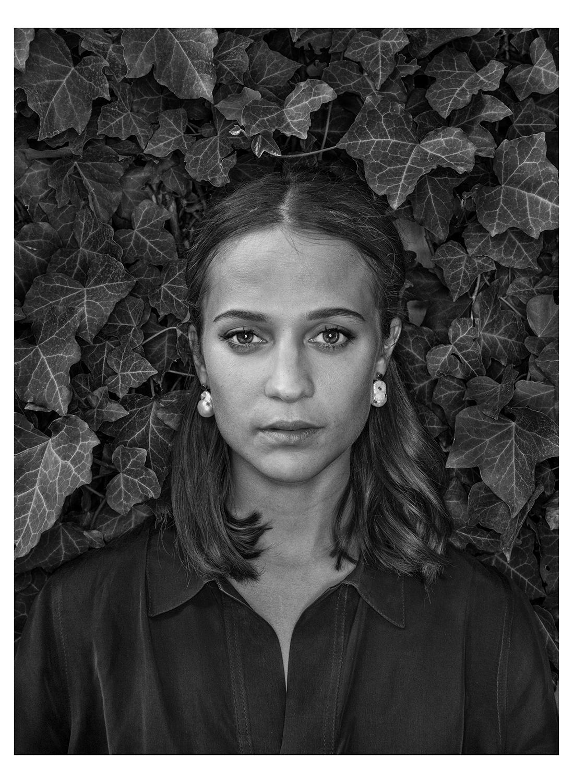 © Johan Bergmark Titel: Alicia Vikander  Plats/Datum: Zürich 2017 Bildmått: 41x56cm Teknik: Arkivbeständig pigmentbläckutskrift  Montering: Träram med passepartout  58x73cm Upplaga: 19 Signerad: Ja   Pris: SEK 12 000.
