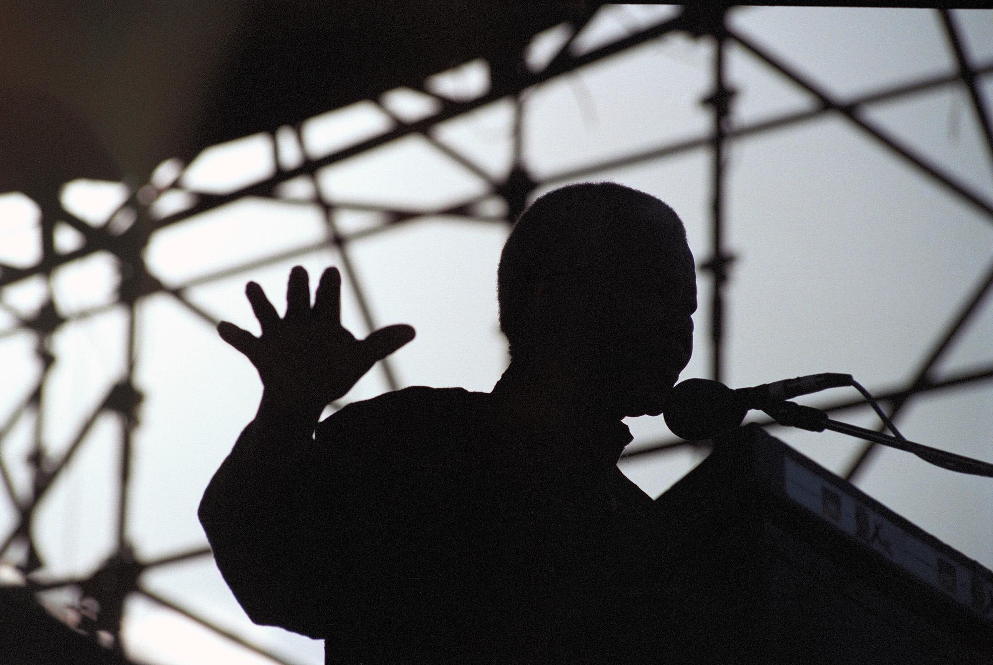 © Per-Anders Pettersson  Titel: Nelson Mandela, Ur serien Sydafrika: 25 år av demokrati Plats/Datum: Durban 1994   Bildmått 60x90 cm (pappersmått 70x100 cm) Teknik: Arkivbeständig pigmentbläckutskrift  Upplaga: 9 + 2 AP Signerad: Ja Pris: SEK 12 000 (avser oinramad bild)  Bilden går även att få i andra storlekar.