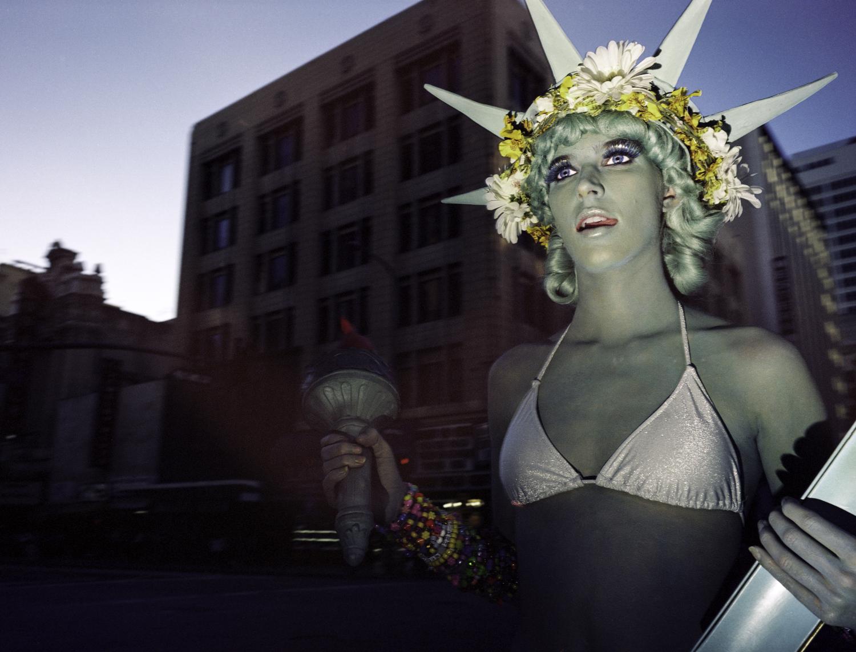 © Ola Billmont Titel: Liberty, Los Angeles 2014.  Bildmått: 32×42 cm  Teknik: Arkivbeständig pigmentbläckutskrift Montering: Träram 40x50 cm  Upplaga: 7 + 2 AP  Signerad: Ja Pris: SEK 3 600