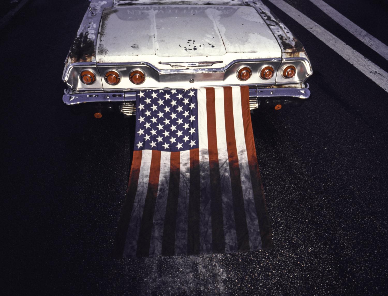 © Ola Billmont  Titel: Dirty USA, Sverige 2016.  Bildmått: 32×42 cm  Teknik: Arkivbeständig pigmentbläckutskrift  Montering: Träram 40x50 cm Upplaga: 7 + 2 AP Signerad: Ja Pris: SEK 3 600