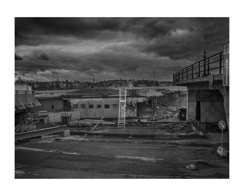 Johan Bergmark Titel: Slussen #1  Plats/Datum: Stockholm 2016 11 05  Bildmått: 40x50 cm  Teknik: Fine Art Print Träram med passepartout  40x50 cm  Upplaga: 9 Signerad: Ja  Pris: SEK 5900