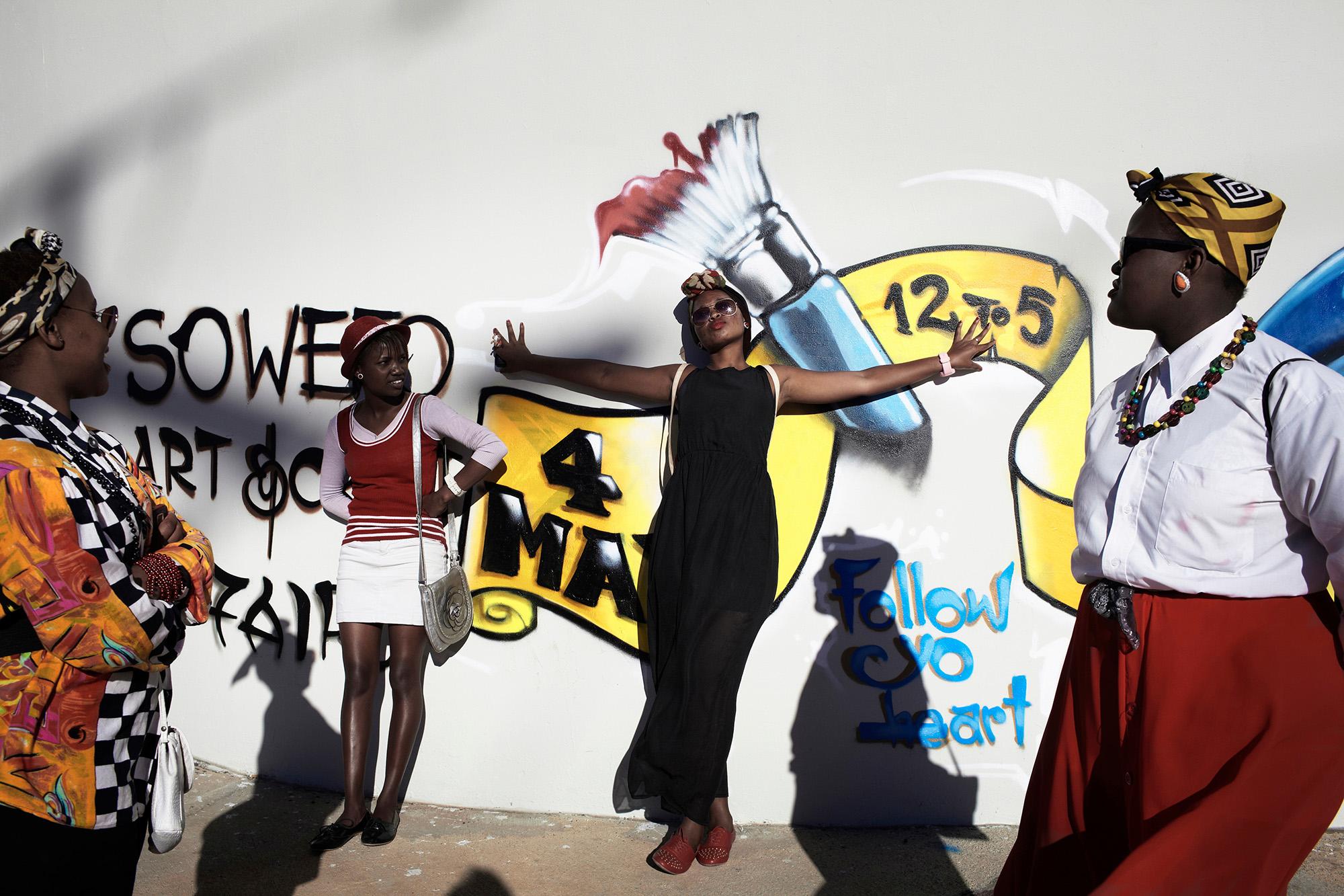 © Per-Anders Pettersson  Titel: Ur serien Sydafrika: 25 år av demokrati Plats/Datum: Soweto 2013   Bildmått 60x90 cm (pappersmått 70x100 cm) Teknik: Digital c-print Upplaga: 9 + 2 AP Signerad: Ja Pris: SEK 12 000 (avser oinramad bild)  Bilden går även att få i andra storlekar.