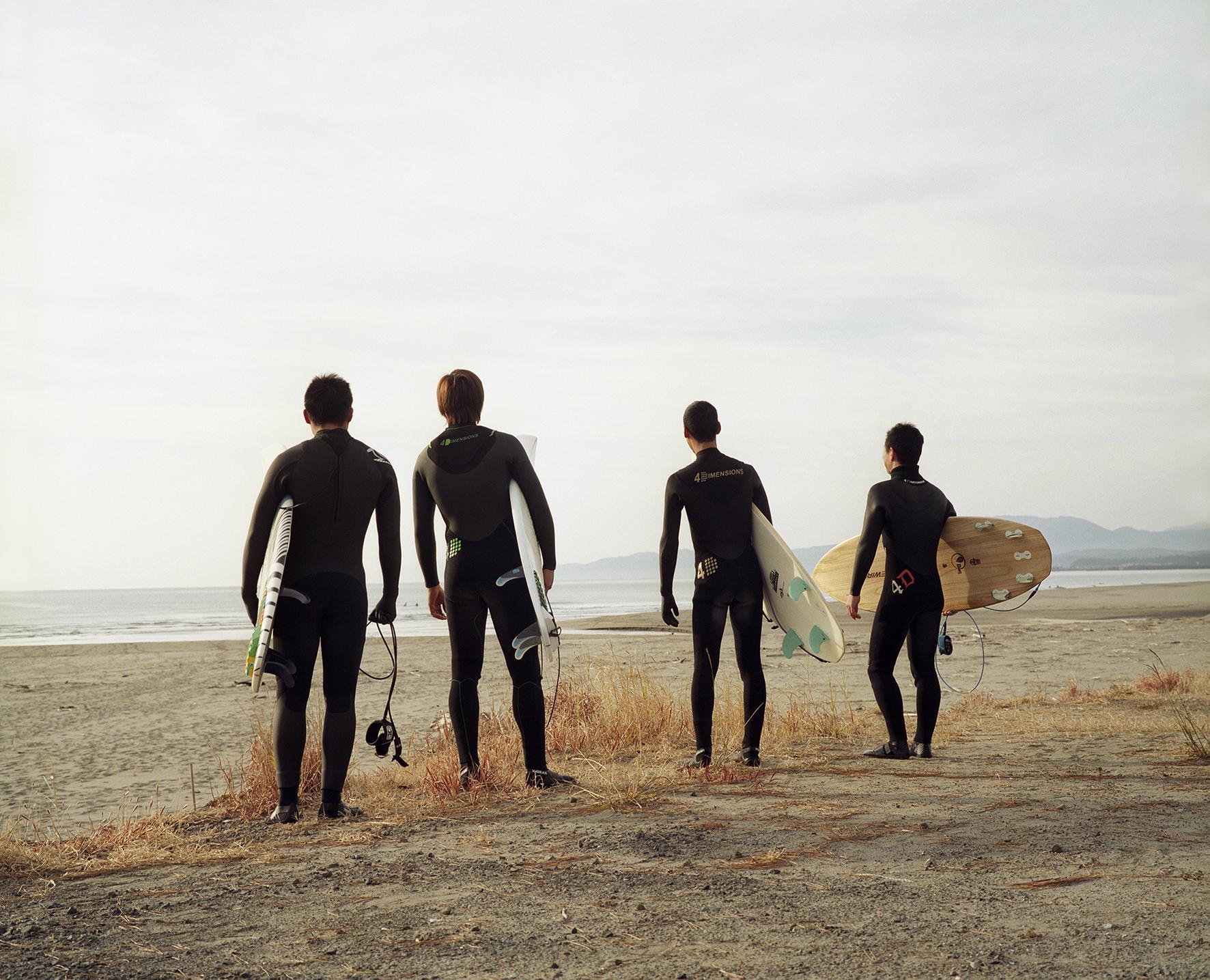 """© Nina Korhonen Titel: """"Surfers"""" Plats/Datum: Kochi, Japan 2014Bildmått: 40x50 cmTeknik: Fotograferad med film/Arkivbeständig pigmentbläckutskrift Montering: Träram 50x60 cm Upplaga: 5 Signerad: Ja Pris: 12000 SEK Säljs även i format 70x90 cm. Upplaga: 5. Signerad: Ja Pris: SEK 18000"""