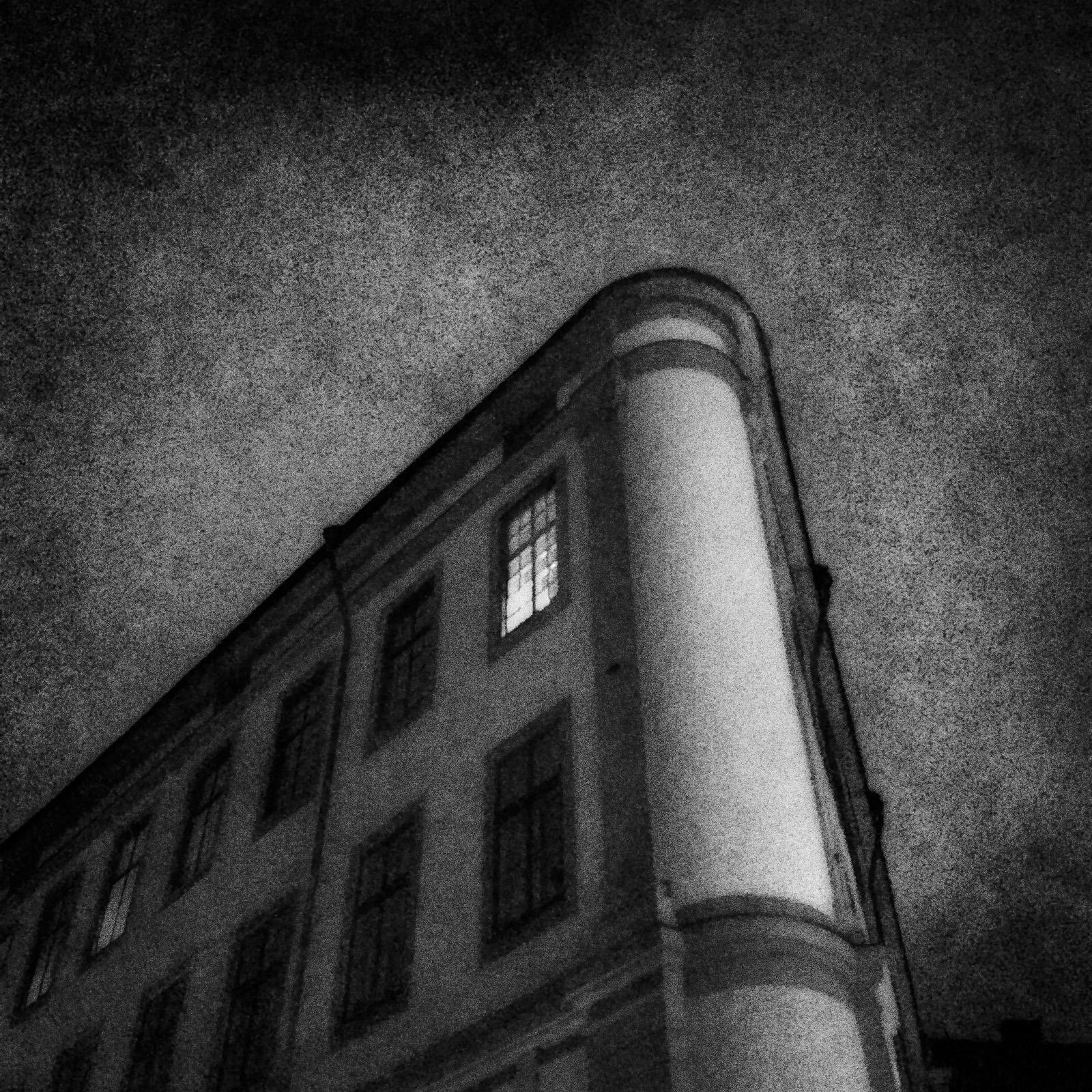 © Jonas Berggren. Titel: Utan titel. Plats/Datum: Stockholm, 2015. Bildmått: 39x39 cm. Teknik: Arkivbeständig pigmentbläckutskrift. Montering: Träram 50x50 cm. Upplaga: 9 + 1 AP. Signerad: Ja. Pris: 5 500 SEK. (Pris avser oinramad bild).
