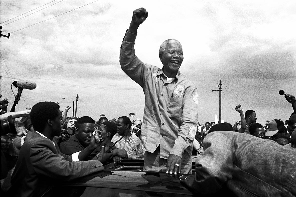 © Per Anders Pettersson   Titel: Nelson Mandela Plats/Datum: Durban SA 1994   Bildmått: 40x60 cm /pappersmått 50x70 cm  Teknik: Arkivbeständig pigmentbläckutskrift Upplaga: 20  Signerad: Ja  Pris: SEK 9 000 (avser oinramad bild)