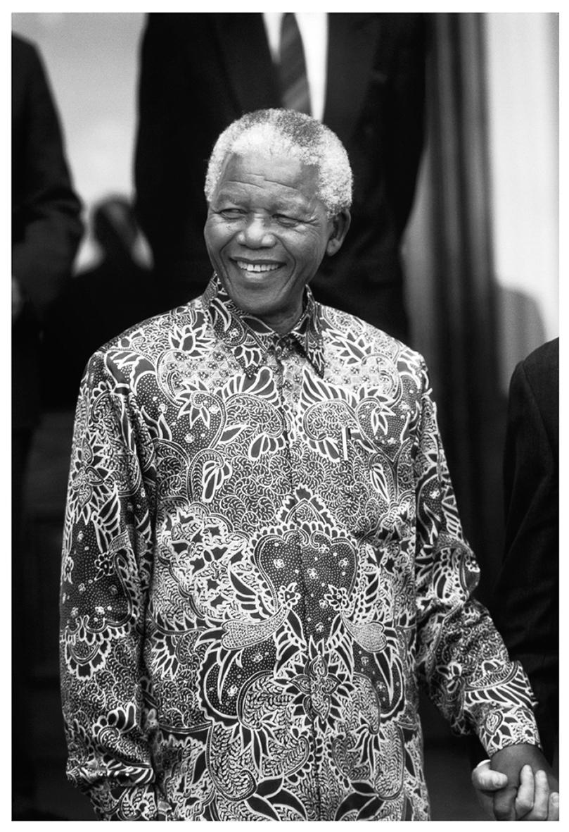 © Per Anders Pettersson   Titel: Nelson Mandela Plats/Datum: Pretoria SA 1998   Bildmått: 40x60 cm /pappersmått 50x70 cm Teknik: Arkivbeständig pigmentbläckutskriftMontering: Träram med passepartout 50x70 cm Upplaga: 20  Signerad: Ja  Pris: SEK 9 500 (oinramad bild 8000)