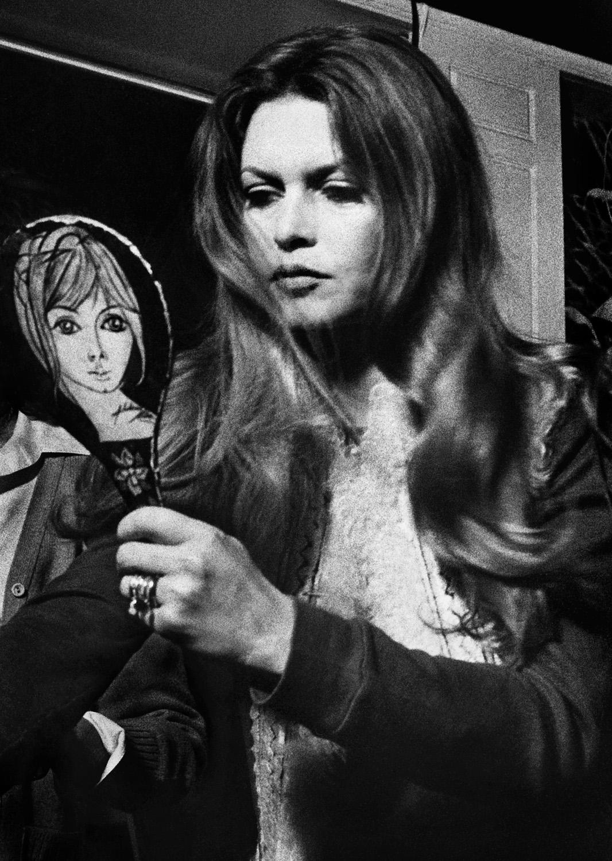 © Joakim Strömholm Titel: Brigitte Bardot Plats/Datum: Uppsala 1972 Bildmått: 30x40 cm   Teknik: Digital c-print Montering: Träram 40x50 cm Upplaga: 20  Signerad: Ja   Pris: SEK 5.000
