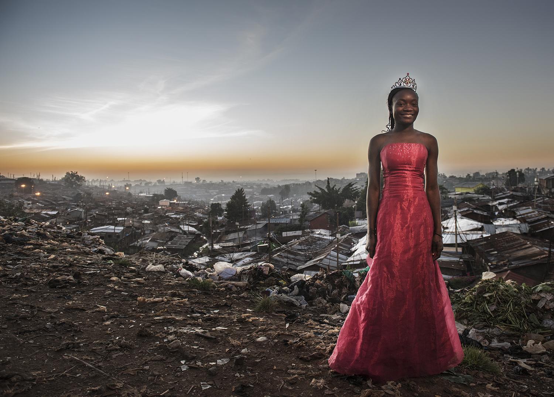 © Fredrik Lerneryd Titel: Miss Kibera, Kenya 2016 Bildmått: 50x70 cm Teknik: Arkivbeständig pigmentbläckutskrift  Montering: Säljs oinramad. Upplaga: 9 + 1AP  Signerad: Ja  Pris: SEK 6000