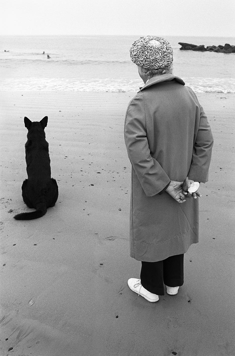 © Nina Korhonen Titel: A woman with a dog Plats/Årtal: Coney Island, Brooklyn,1992 Teknik: Arkivbeständig pigmentbläckutskrift Bildmått: 26 x 40 cm Montering: Svart träram med passepartout  Upplaga: 10 + 2 A.P Signerad: Ja  Pris: SEK 9 000