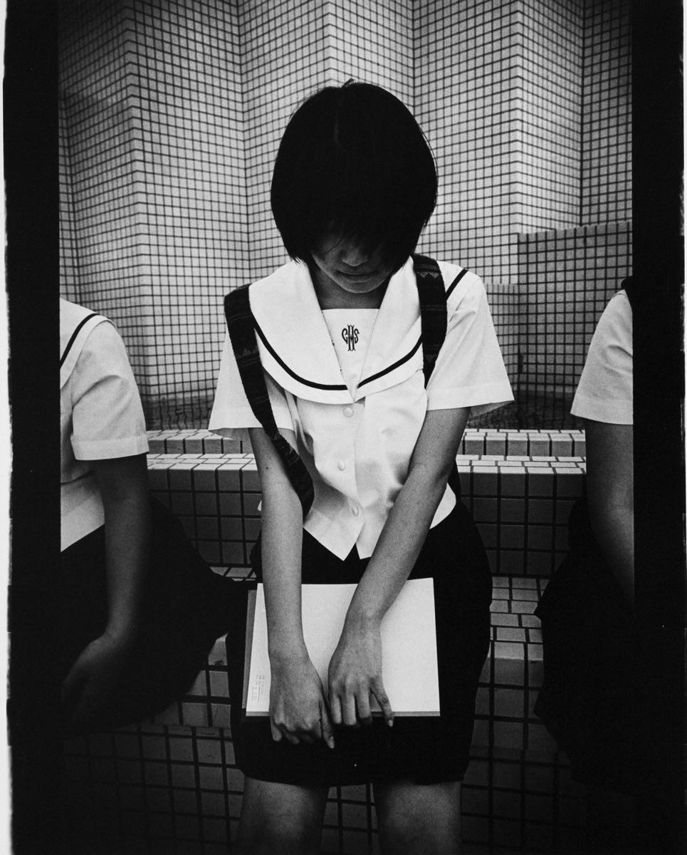 © Anders Petersen Titel: School Girl Plats/Datum: Okinawa 2000 Teknik: Silver gelatin print Signerad: Ja Pris: SEK 30 000 (avser oinramad bild)