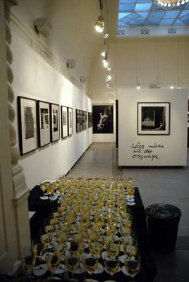 I den gamla banklokalen visar vi de större utställningarna. Här är Christer Strömholms utställning år 2007 strax innan dörrarna öppnas till vernissagen. Foto: Joakim Strömholm