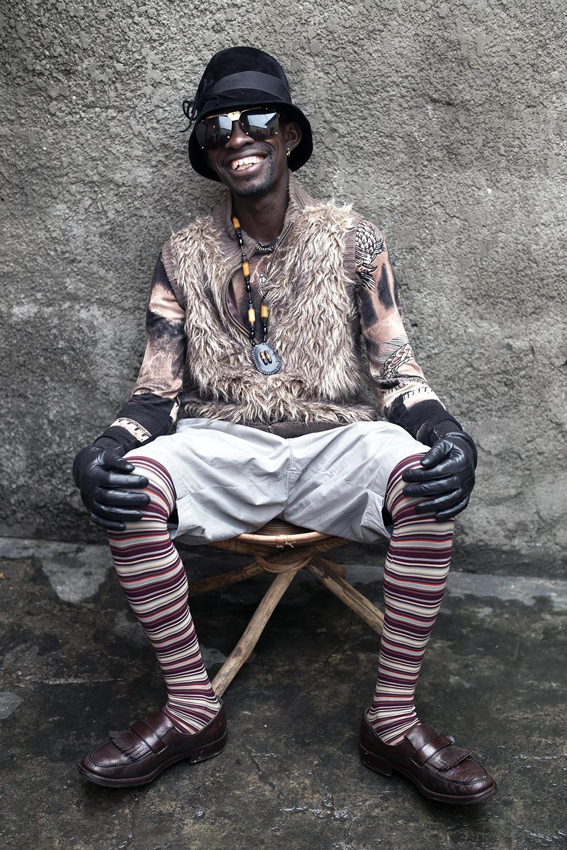 © Per-Anders Pettersson Titel: Sapeurer i Kongo DR Plats/Datum: Kinshasa 2016 Teknik: Digital c-print Bildmått: 70x100 cm  Upplaga: 20  Signerad: Ja  Pris: 12 000:- (avser oinramad bild)   Bilden går även att få i andra storlekar.