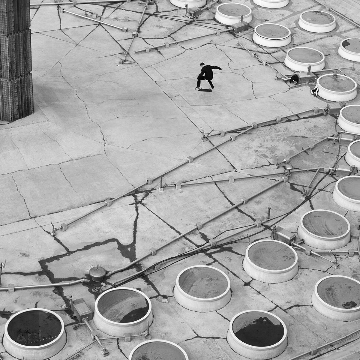 © Malin Jochumsen Titel: Skejtare, Sergels torg  Plats/Datum: Stockholm 2011  Bildmått: 40x40 cm (pappersstorlek 50x50 cm)  Teknik: Arkivbeständig pigmentbläckutskrift  Träram med passepartout  50x50 cm  Upplaga: 20 Signerad: Ja  Pris: SEK 3900