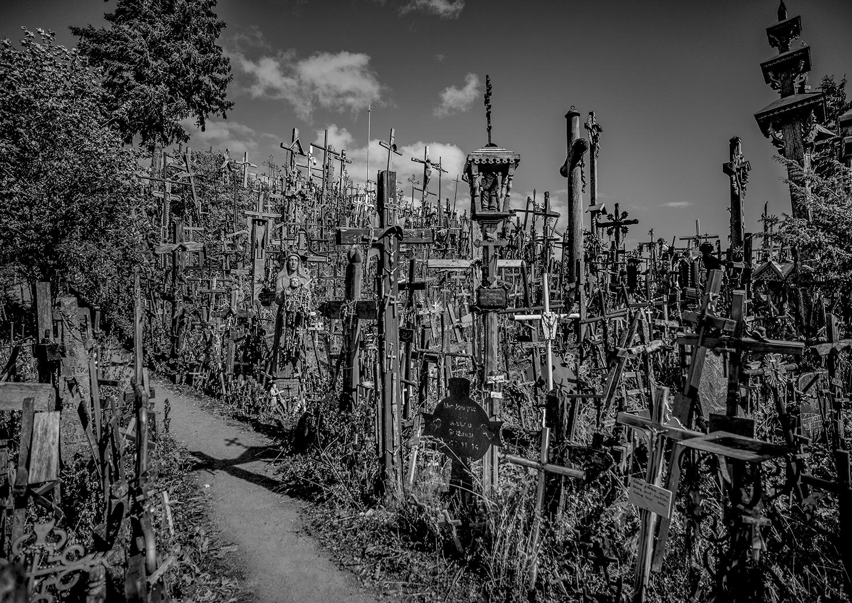 © Staffan Löwstedt  Titel: Hill of Crosses II  Plats/Datum: Lithuania 2019   Bildmått: 29 x 41 cm   Teknik: Digital c-print  Träram med passepartout 42×59 cm  Upplaga: 10 Signerad: Ja Pris: SEK 3 900