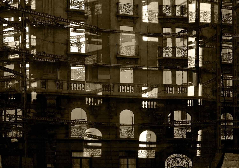 © Mia Galde Ttel: Under Construction  Plats/Datum: Barcelona 2008 Bildstorlek 100x140cm Teknik: Arkivbeständig pigmentbläckutskrift Montering: Träram med glas 104x144 cm Upplaga 10  Signerad: Ja  Pris: SEK 18 000
