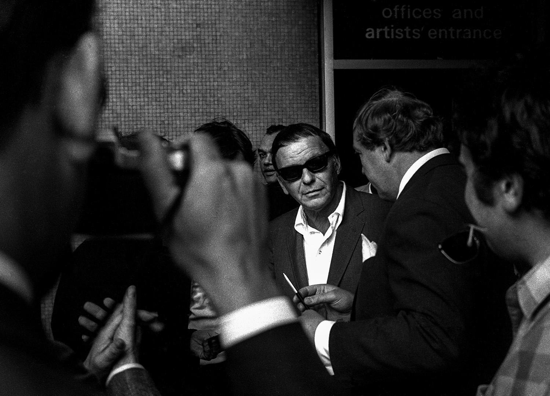 © Rolf Adlercreutz Titel: Frank Sinatra Plats/Datum:  London 1970 Bildmått:  52x37,5 cm Teknik: Arkivbeständig pigmentbläckutskrift Montering: Metallram med passepartout 50x70 cm Upplaga: 7  Signerad: Ja  Pris: SEK 7000