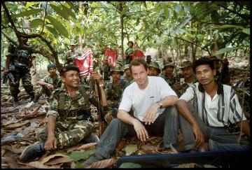 Martin Adler i ett självporträtt med befälhavare Abdullah Syafi, och andra GAM krigare. The GAM (Gerakan Aceh Merdeka – Befria Aceh rörelsen) har krigat för ett självstyre i Aceh sedan 1976. Bilden är daterad till 1999.