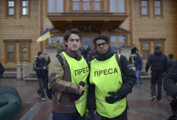 Christoffer Hjalmarsson (till höger) på uppdrag i Ukraina tillsammans med Diamant Salihu.