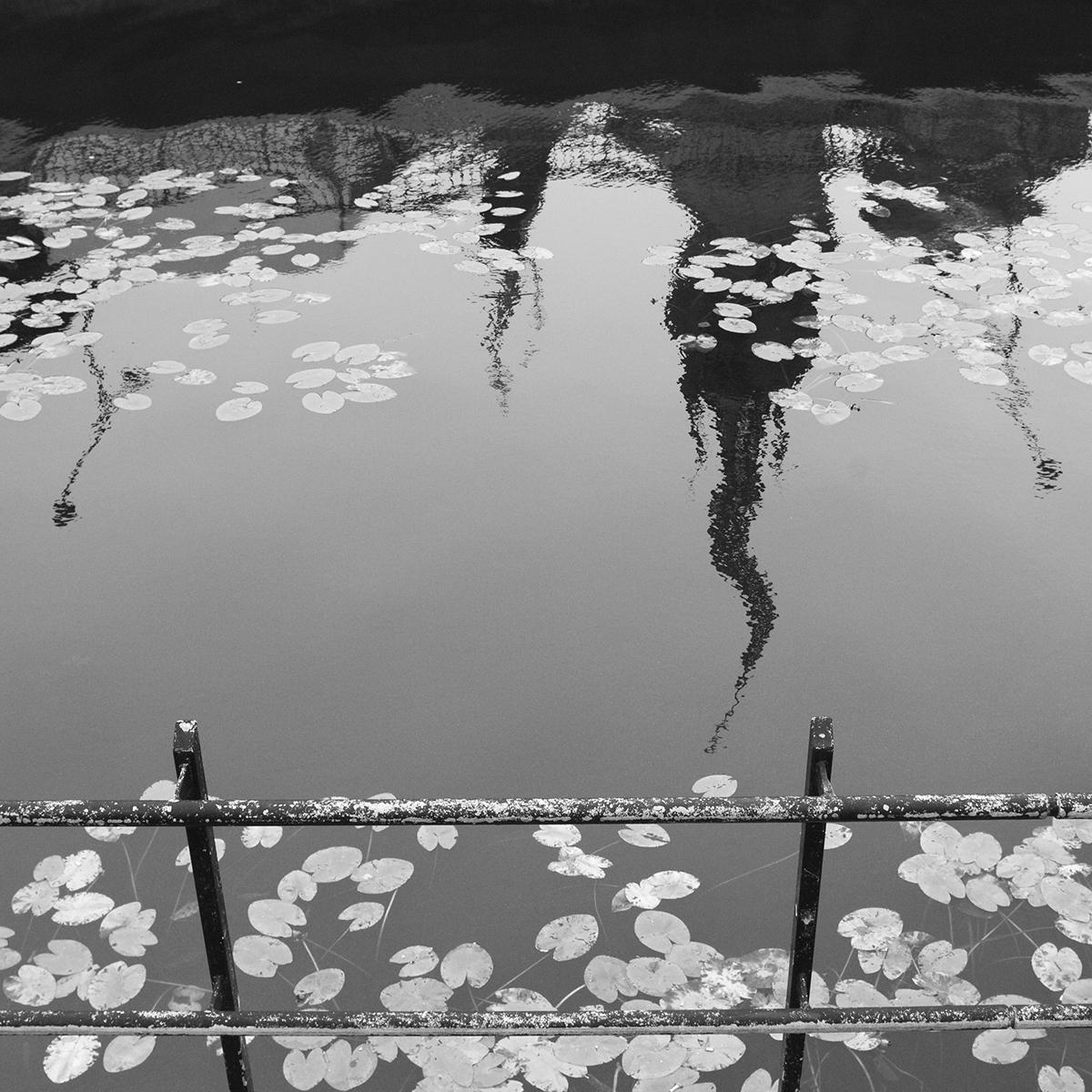 © Malin Jochumsen Titel: Riddarholmen  Plats/Datum: Stockholm 2010 Bildmått: 40x40 cm (pappersstorlek 50x50 cm)  Teknik: Arkivbeständig pigmentbläckutskrift  Träram med passepartout  50x50 cm  Upplaga: 20 Signerad: Ja  Pris: SEK 3900