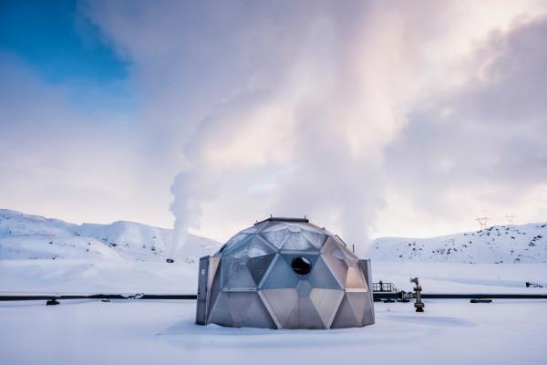 © Magnus Hjalmarson Neideman. På Island finns det en CO2 sug som gör sten av koldioxiden. Igloo i vilken det co2 berikade vattnet pumpas ned i berggrunden.