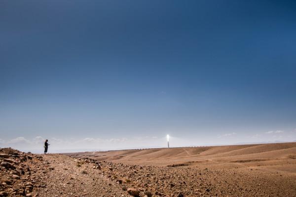 © Magnus Hjalmarson Neideman. Marocko har byggt världens största solkraftspark i Sahara-öknen. Det mäktiga tornet på NOOR 3 kan ses från flera mils avstånd där det sticker upp i öknen.