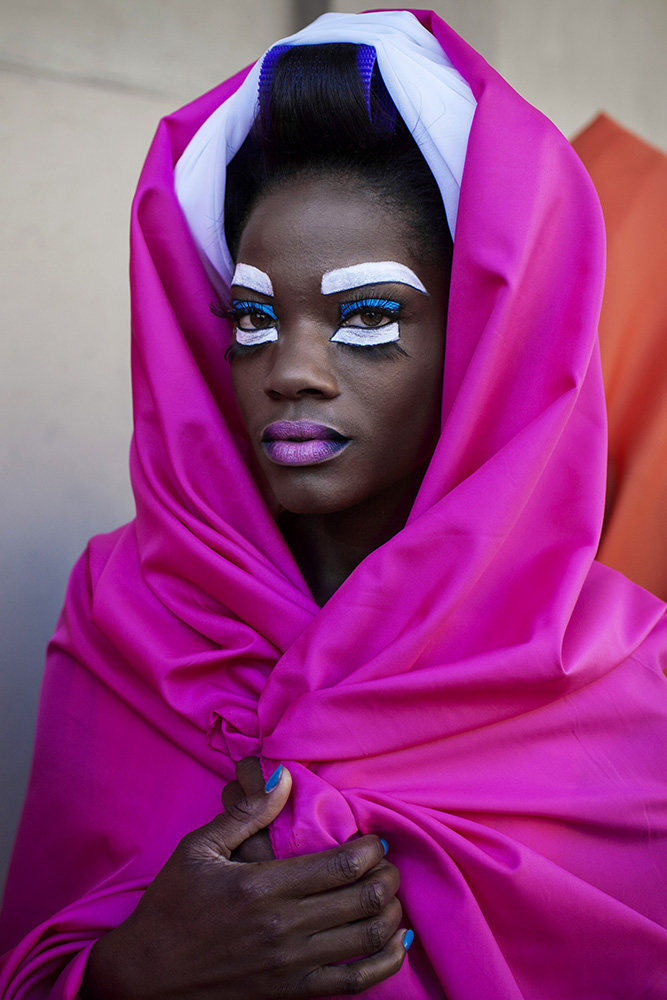 © Per-Anders Pettersson  Titel: David Tlale Collection, Cape Town fashion Week Plats/Datum: Cape Town, SA 2012  Bildmått :40x60 cm  Teknik: Arkivbeständig pigmentbläckutskrift Upplaga: 7 +2 AP  Signerad: Ja Pris: SEK 12 000 (avser oinramad bild)