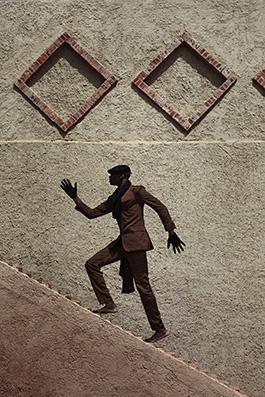 © Per-Anders Pettersson  Titel: Ur serien African Catwalk  Plats/Datum: Senegal 2014  Bildmått 60x90 cm/Pappersmått 70x100 cm  Teknik: Arkivbeständig pigmentbläck utskrift Upplaga: 7+2 AP   (#4/7)  Signerad: Ja  Pris: SEK 19 500  (avser oinramad bild)