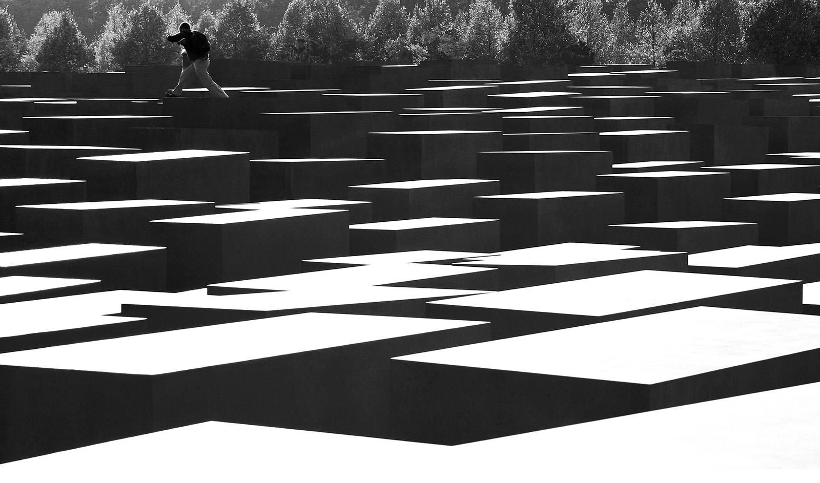 © Josef Friedinger Plats/Datum: Berlin 2005  Bildmått: 30x40 cm  Teknik: Digital c-print Montering: Svart trärm med passepartout 40x50 cm  cm, Upplaga: 15 (#9/15)  Signerad: Ja Pris: SEK 4500
