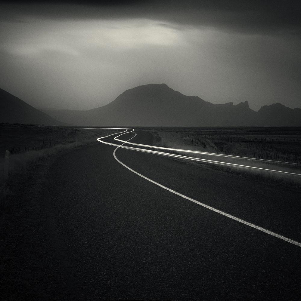 © Håkan Strand. Titel: Night Drive. Iceland 2011. Bildmått: 30×30 cm. Teknik: Arkivbeständig pigmentbläckutskrift. Montering: Träram med passepartout 40×40 cm. Upplaga: 25  Signerad: Ja. Pris: SEK 4 900:-