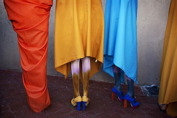 © Per-Anders Pettersson  Titel: Ur serien African Catwalk Plats/Datum: Cape Town 2012 Bildmått: 70x100 cm Teknik: Digital c-print Upplaga: 7  (#3/7)  Signerad: Ja Pris: SEK 14 000 (avser oinramad bild)  Bilden går även att få i andra storlekar.
