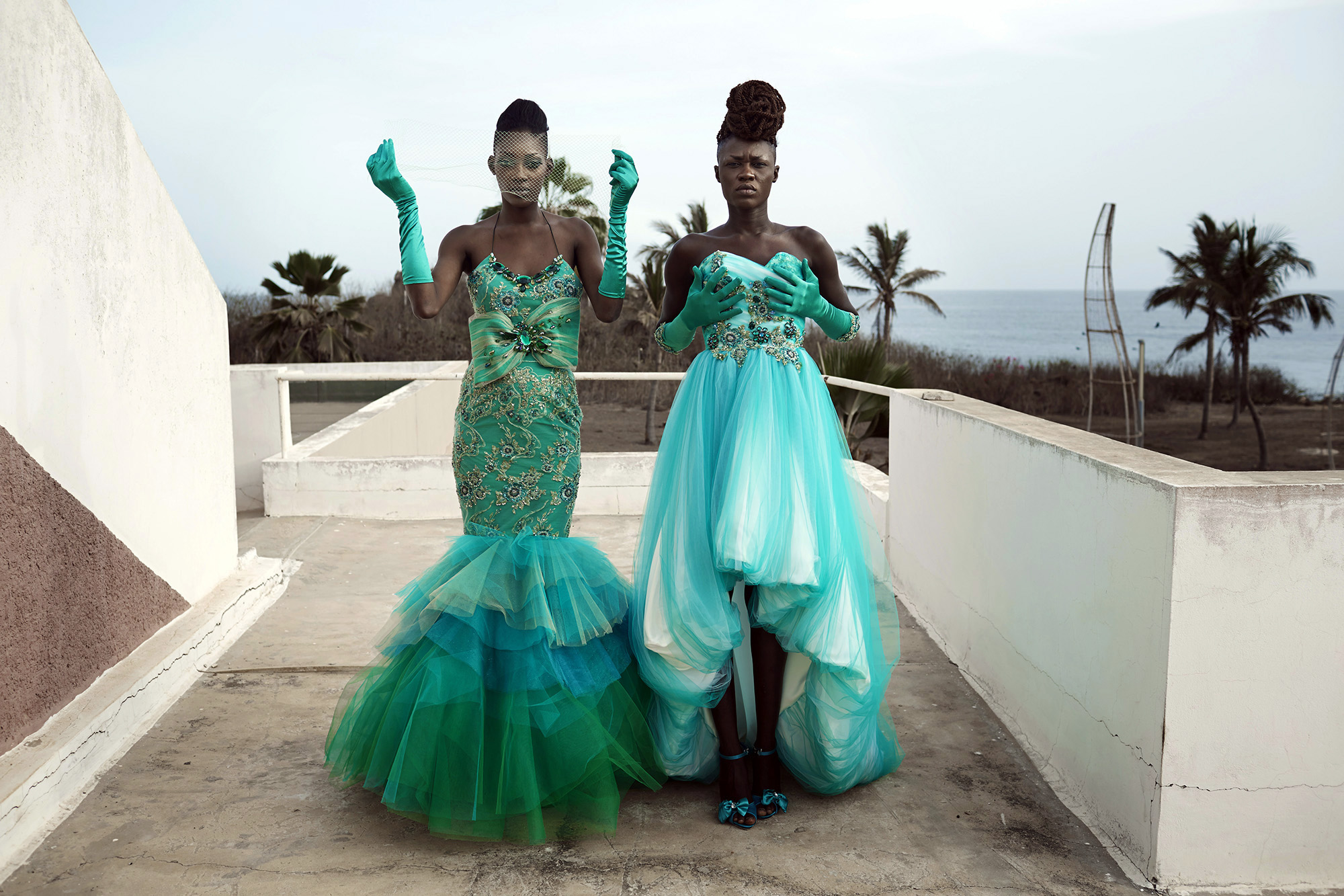 © Per-Anders Pettersson  Titel: Ur serien African Catwalk Plats/Datum: Senegal 2014 Bildmått 60x90 cm (pappersmått 70x100 cm) Teknik: Digital c-print Upplaga: 7+2 AP   (#4/7)  Signerad: Ja Pris: SEK 17 000 (avser oinramad bild)