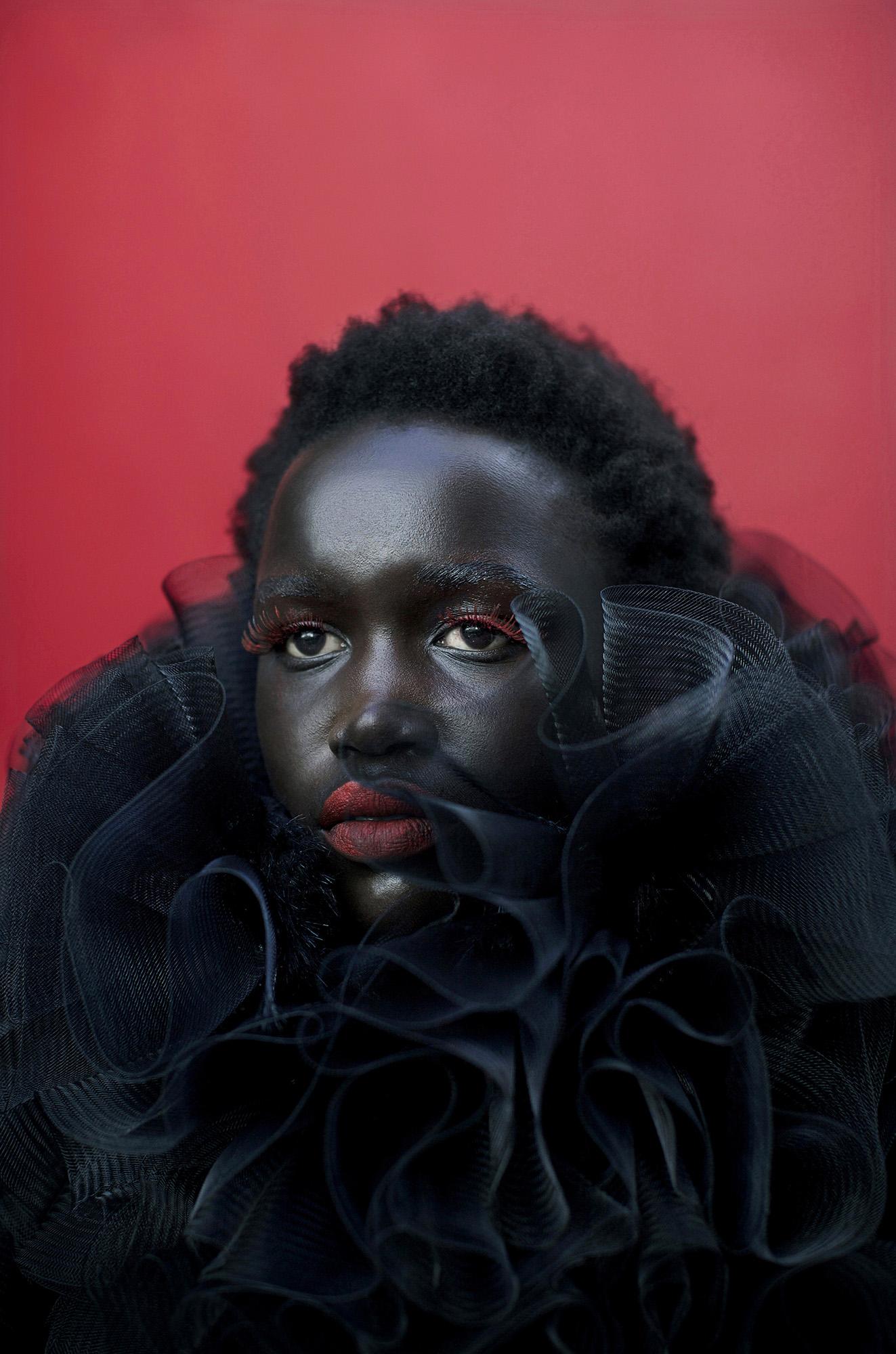© Per-Anders Pettersson  Titel: Ur serien African Catwalk Plats/Datum: Cape Town Fashion Week, SA 2011   Bildmått 60x90 cm/Pappersmått 70x100 cm  Teknik: Arkivbeständig pigmentbläck utskrift Upplaga: 7+2 AP   (#4/7)  Signerad: Ja  Pris: SEK 19 500  (avser oinramad bild)