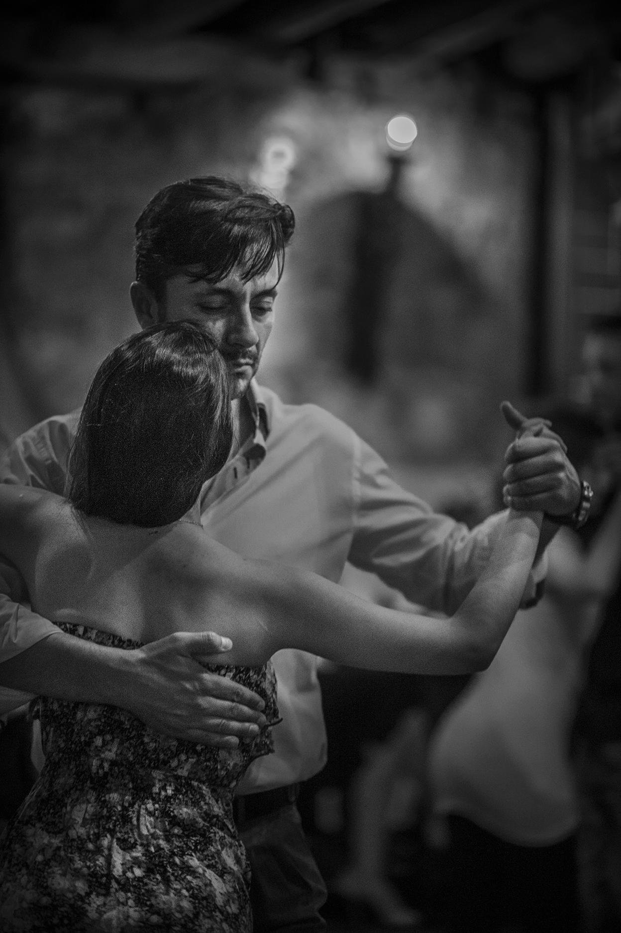 © Staffan Löwstedt Titel: Tango Plats/Datum: Aten 2014  Bildmått: 29,5x 43,4 cm (pappersstorlek 35x50 cm)  Teknik: Digital c-print Träram med passepartout  42x52 cm  Upplaga: 10 Signerad: Ja  Pris: SEK 3900