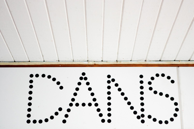 Lina Haskel Titel: Haparanda Teaterförening/Folkets Hus (Finns 2 olika bilder) Norrbotten 2009. Bildmått: 48x32 cm Teknik: Digital C-print Träram med passepartout 60x40 cm Upplaga: 10 Signerad: Ja  Pris: SEK 5500
