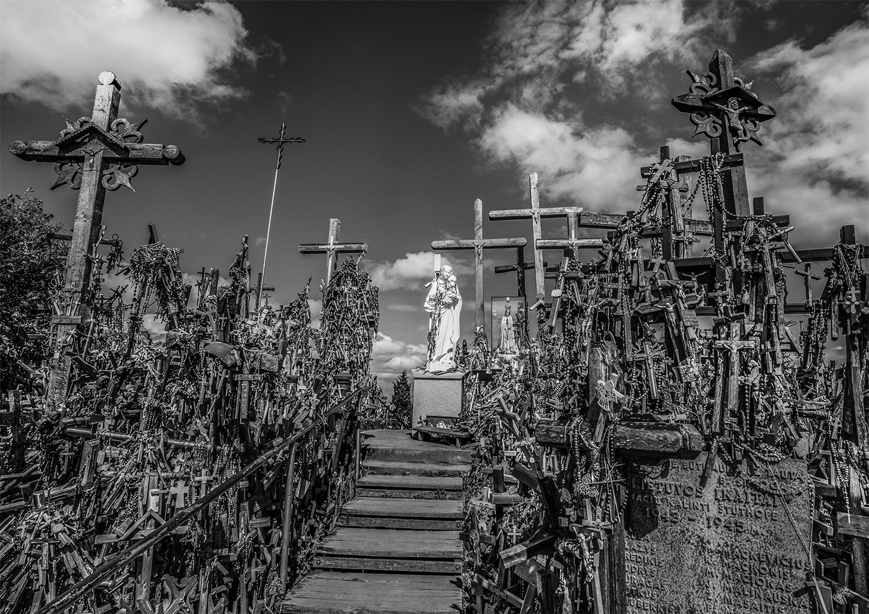 © Staffan Löwstedt  Titel: Hill of Crosses  I Plats/Datum: Lithuania 2019   Bildmått: 29 x 41 cm   Teknik: Digital c-print  Montering: Träram med passepartout 42×59 cm  Upplaga: 10  Signerad: Ja Pris: SEK 3 900