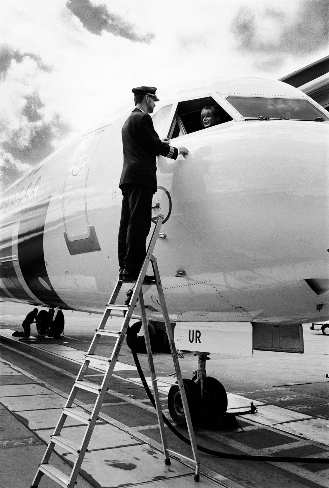 © Thomas Wågström  Titel: Pilot  Plats/Datum: Arlanda, 2001 Bildmått: 11x17 cm Teknik: Arkivbeständig pigmentbläckutskrift  Montering: Säljs oinramad Upplaga: 5 + 2 AP Signerad: Ja  Pris: SEK 2 500  (Pris avser oinramad bild)