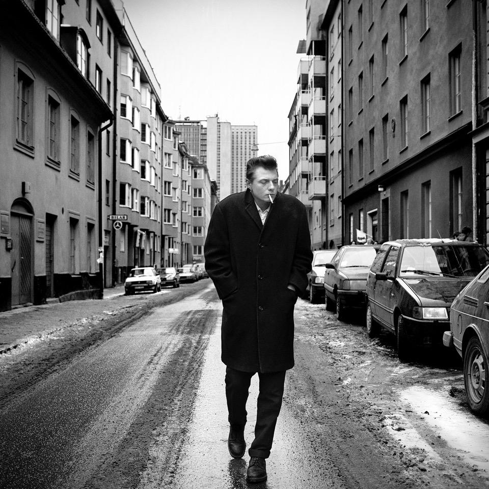 26. Tove Falk Olsson. Magnus Carlsson på Bondegatan.  Utropspris: 6 000:- Bildmått: 40×40 cm / Inramad 43×43 cm. Arkivbeständig pigmentbläckutskrift. Edition 7/15. Signerad.