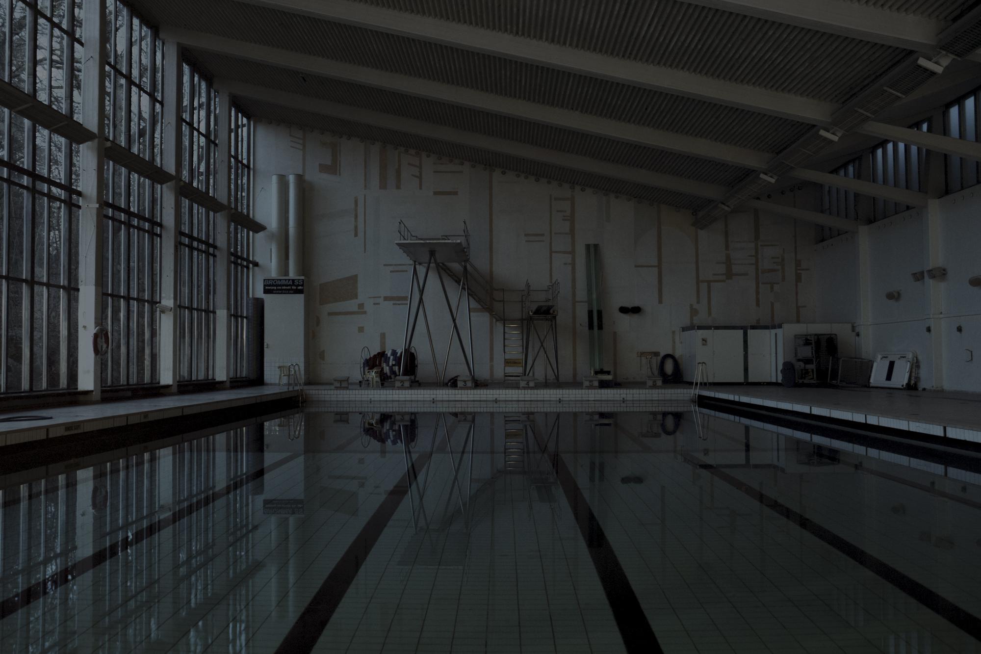 4. Alison De Mars. Sink/Swim, 2015. Utropspris: 4 000:-Bildmått: 60×40 cm / Inramad 63×43 cm. C-print. Edition 2/12. Signerad.