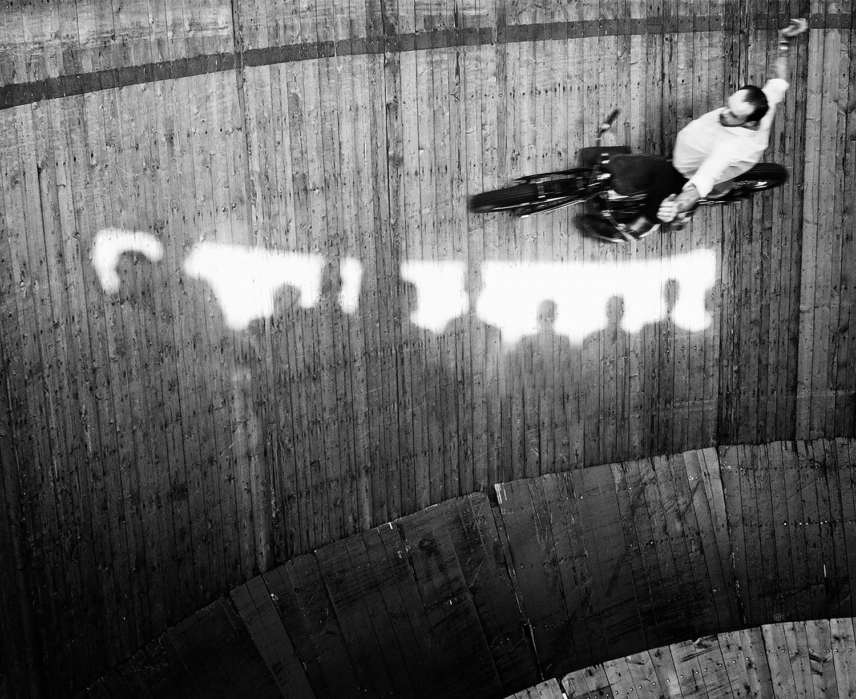 50. Göran Broberg. Wall of death, Berlin.  Utropspris: 3 500:- Bildmått: 31×25 cm / Inramad. Arkivbeständig pigmentbläckutskrift. Edition 12. Signerad AP.