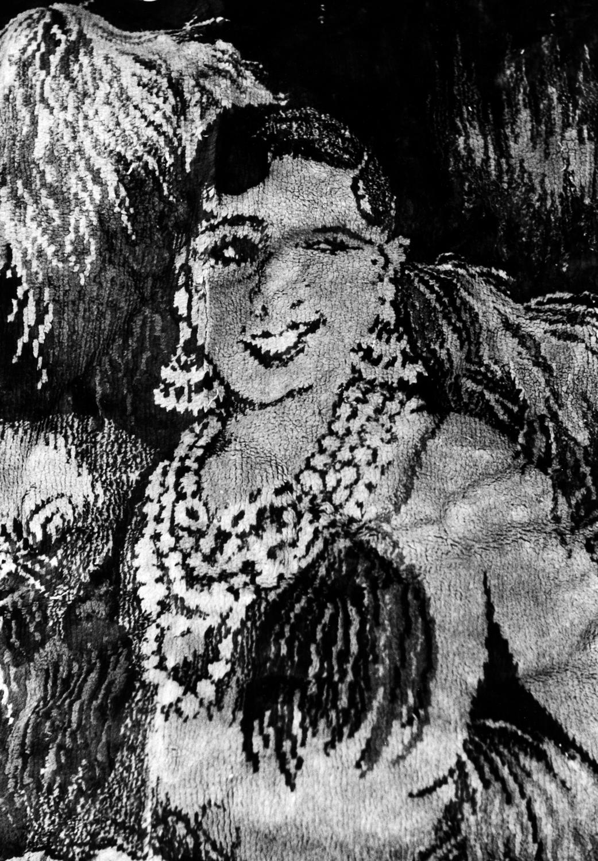 "55. Christer Strömholm. ""Den leende mattan"", Paris 1950-tal.  Utropspris: 18 000:- Bildmått 20×28 cm/papper 30×40 cm. Silvergelatin print. Estate-stämplad/signerad."